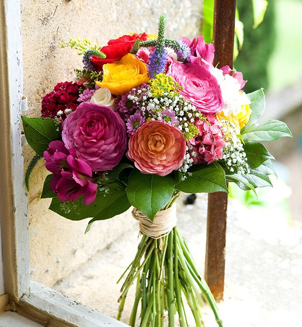 A beautiful bouquets are must haves for spring and summer nuptials